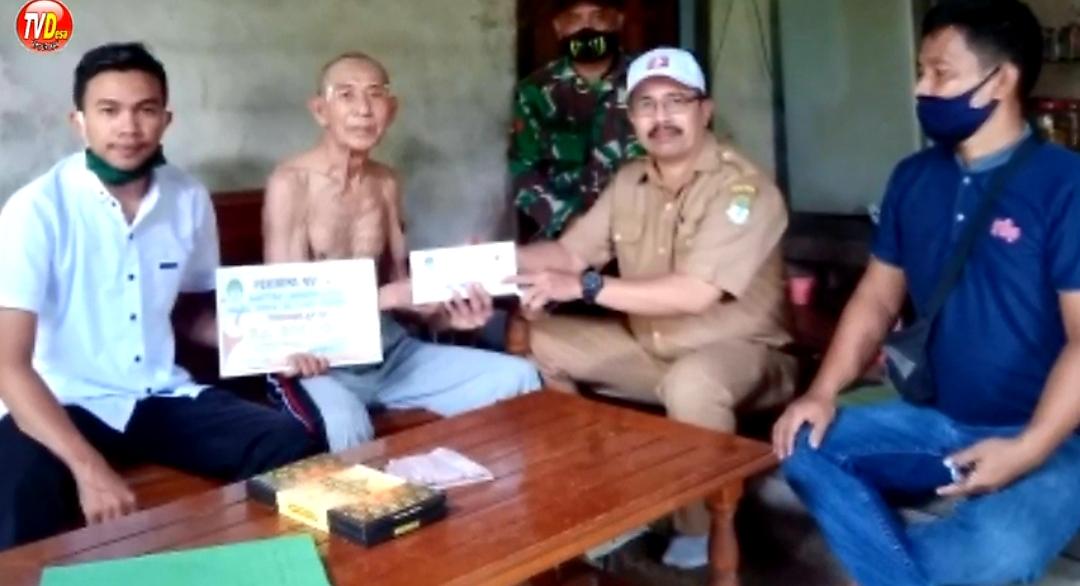 Kepala Desa Tempurukan Salurkan Bantuan BLT Dana Desa Untuk Warganya