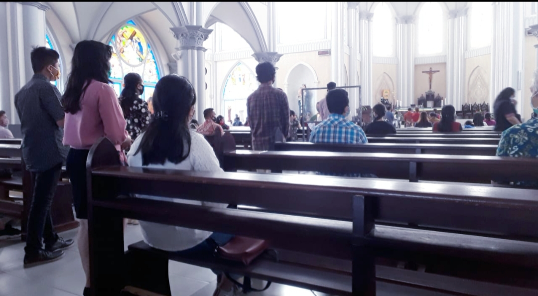 Dengan Protokol Kesehatan, Umat Misa di Gereja Katedral Sintang Mulai Melaksanakan Kegiatan Kerohanian